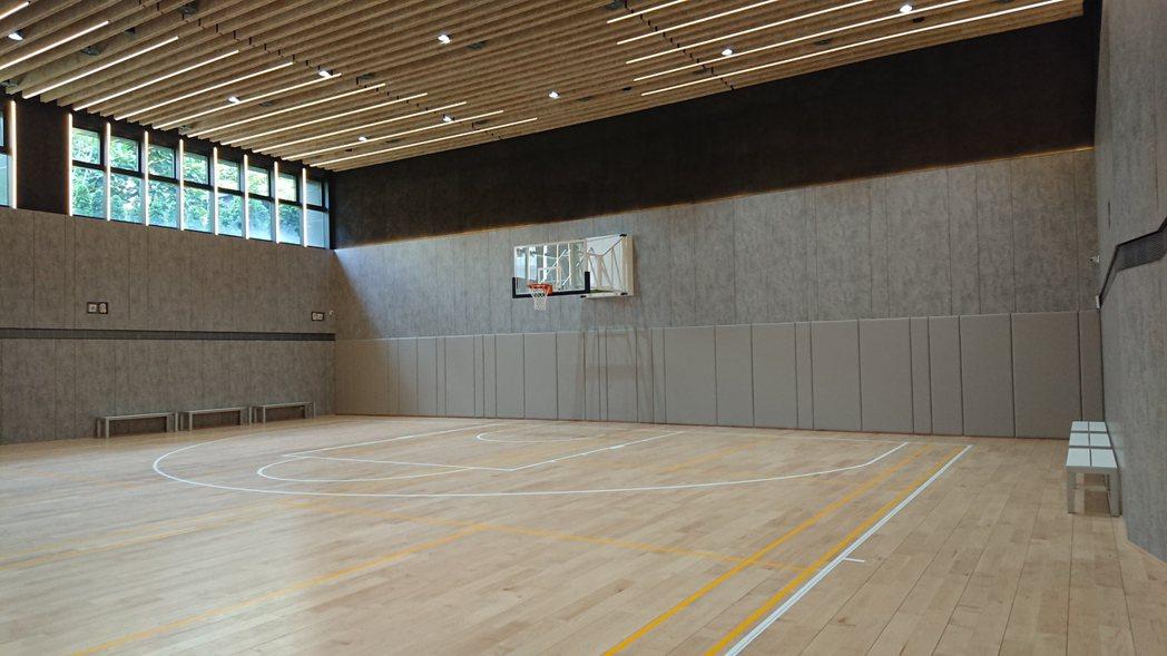 「華固新天地」擁有號稱北市最大120坪室內多功能運動場,不僅可打籃球、羽球與桌球...