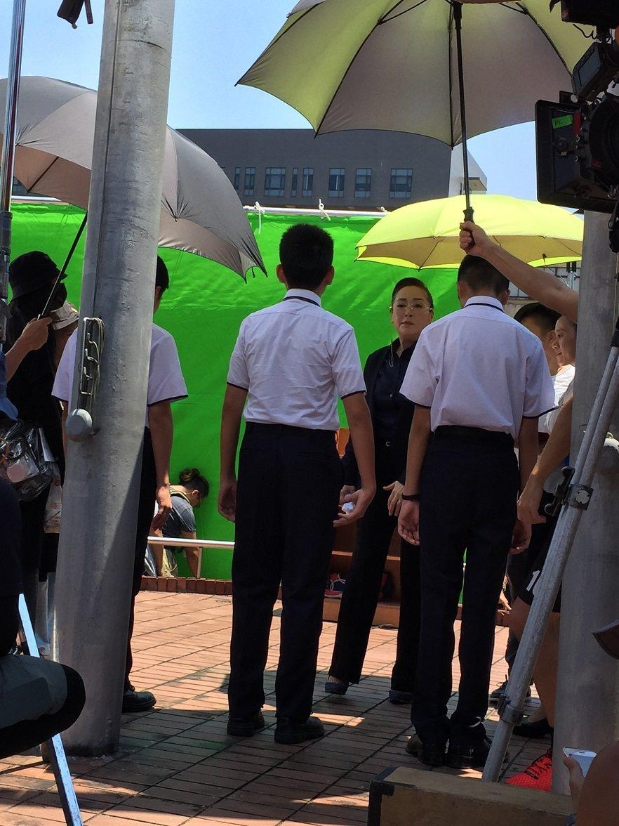恬妞拍攝「藍色項圈」的空檔,工作人員撐傘為她遮陽。記者蘇詠智/攝影