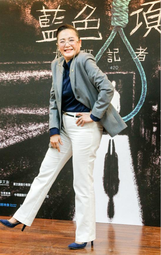 卸下「藍色項圈」中的超酷校長表情,恬妞在背板前盡情搞笑。記者鄭超文/攝影