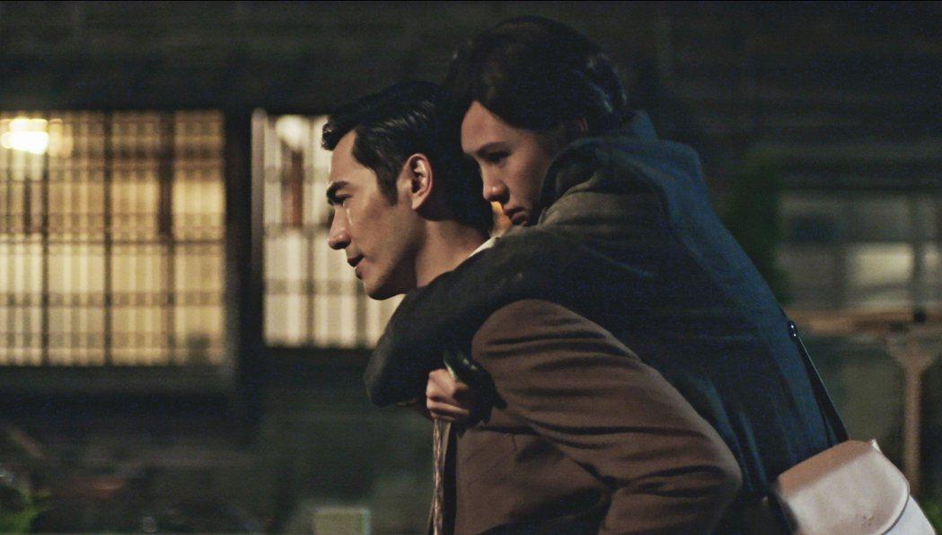 李至正(左)揹安心亞直呼:「SO HOT!」。圖/好風光提供