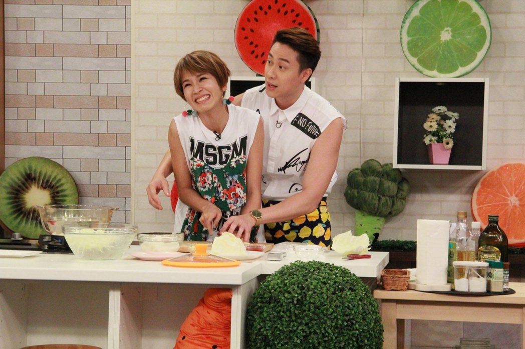 曾沛慈(左)被劉書宏從後面環抱做菜,全身僵硬。圖/年代提供