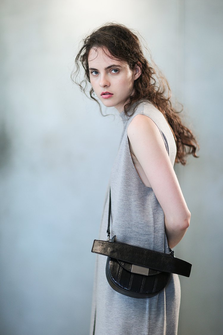 Artemis小祕魯水蛇皮皮質單肩包,售價36,800元。圖/JAMEI CHE...