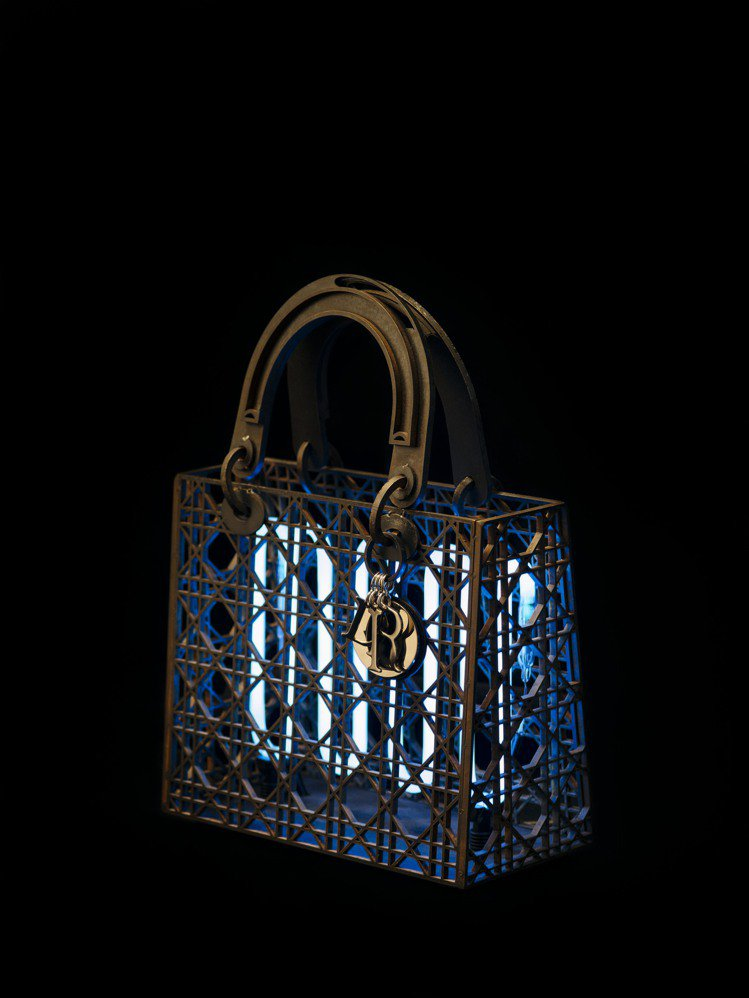 台灣藝術家劉致宏以鐵和霓虹燈打造「夏夜行」,詮釋拆解的Lady Dior。圖/D...