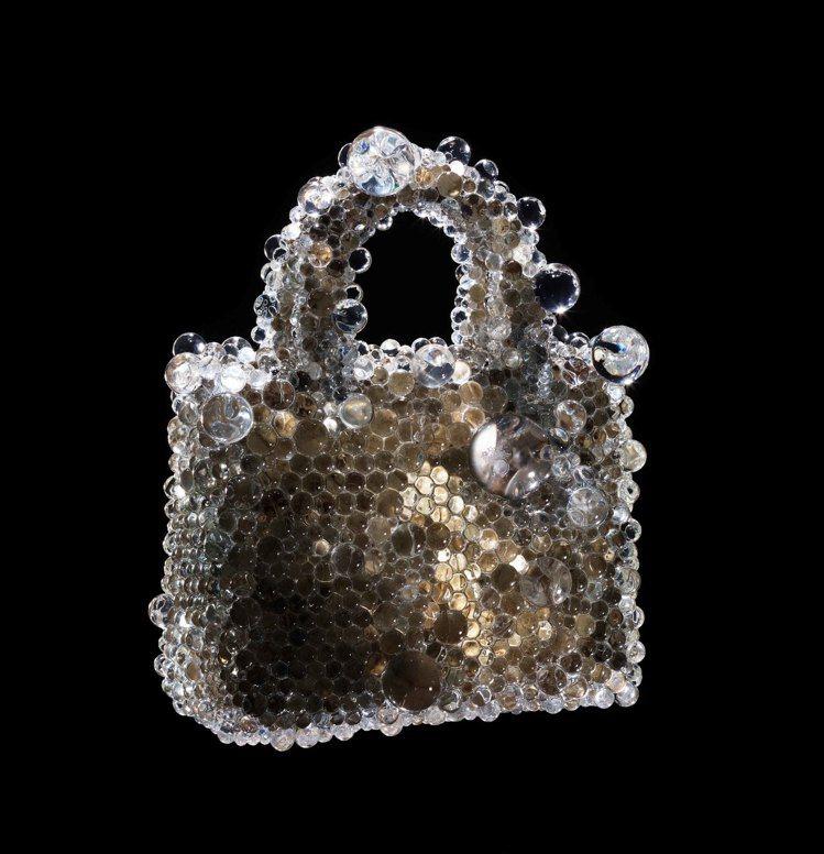 藝術家名和晃平運用玻璃鏡片覆蓋於皮革,將Lady Dior變成想像中的生物。圖/...