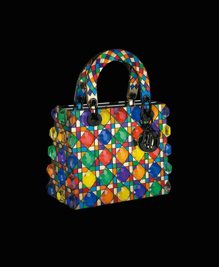 鬼頭健吾以壓克力鏡子、壓克力板、led 燈、金屬打造閃亮的藝術作品。圖/Dior...