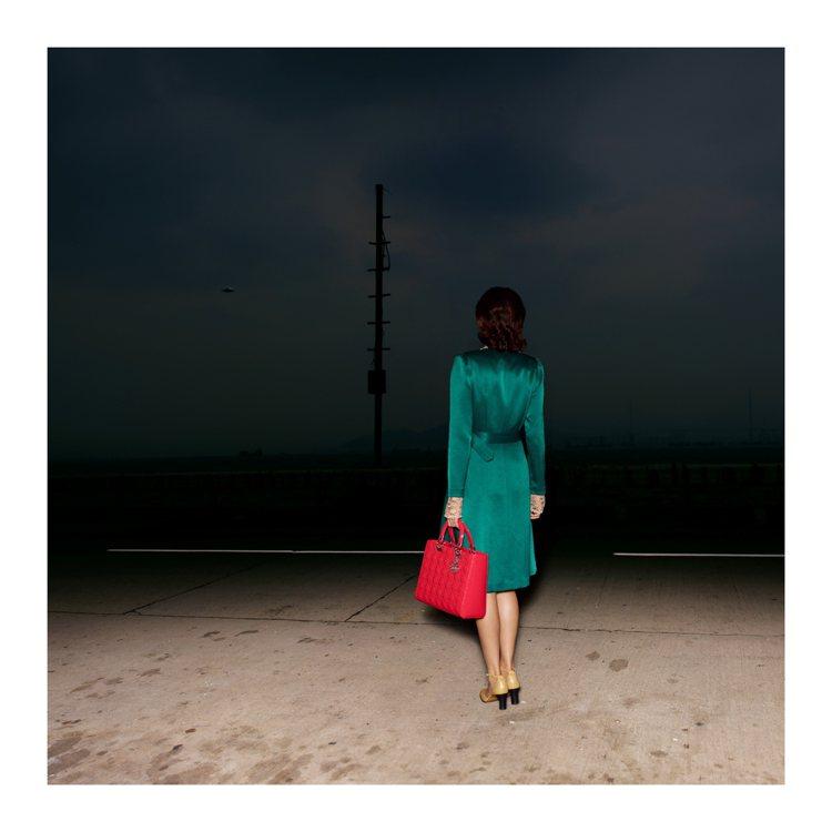攝影師時曉凡虛構了年代、場景與戴假髮的女人,讓經典的Lady Dior伴隨她。圖...