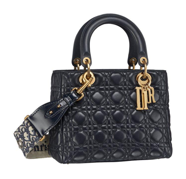 Lady Dior深邃藍波西米亞風背帶小羊皮中型款提包,售價17萬5,000元。...