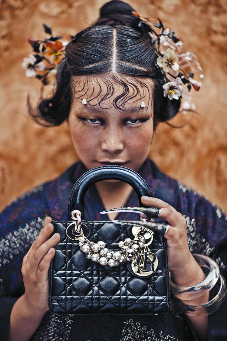 攝影師陳漫以宗教視覺元素融入時尚題材,於2012年創作「Reserved Pri...