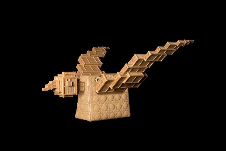 藝術家甘志強以竹鳥籠、Lady Dior 黛妃包製成的Lady Bird是201...