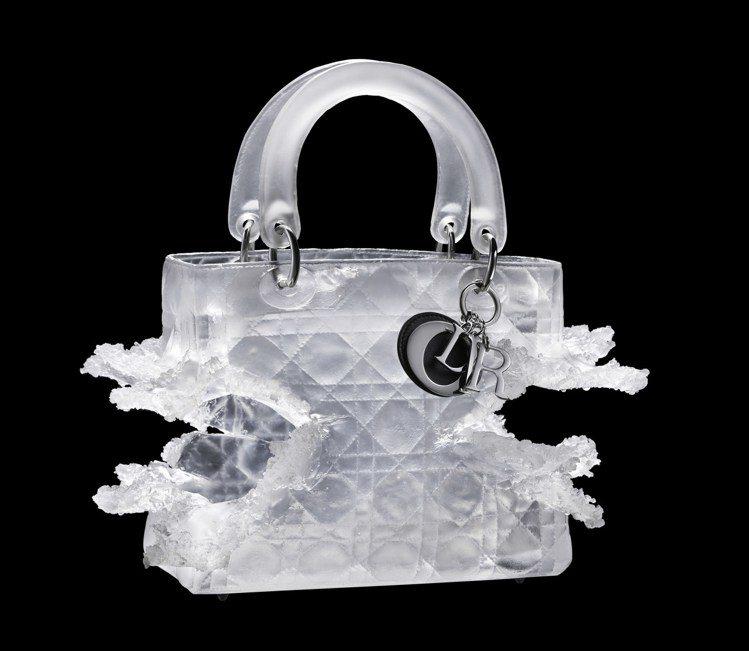 藝術家奧林匹亞絲卡芮用浮雕玻璃象徵女性的力量與毀滅。圖/Dior提供