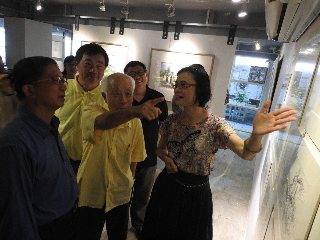 國寶級畫家孫少英(中)向眾人說明自己的畫作和意象。記者賴香珊/攝影