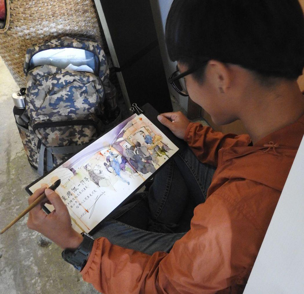 「從瓦礫堆爬出來的畫家」紀錄片募款籌資現場,孫少英學生提筆速寫為老師留念。記者賴...