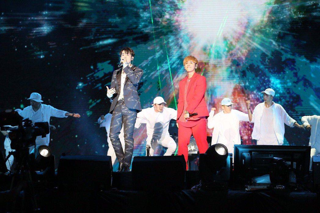 小樂(左)與鼓鼓合體表演。圖/MTV提供