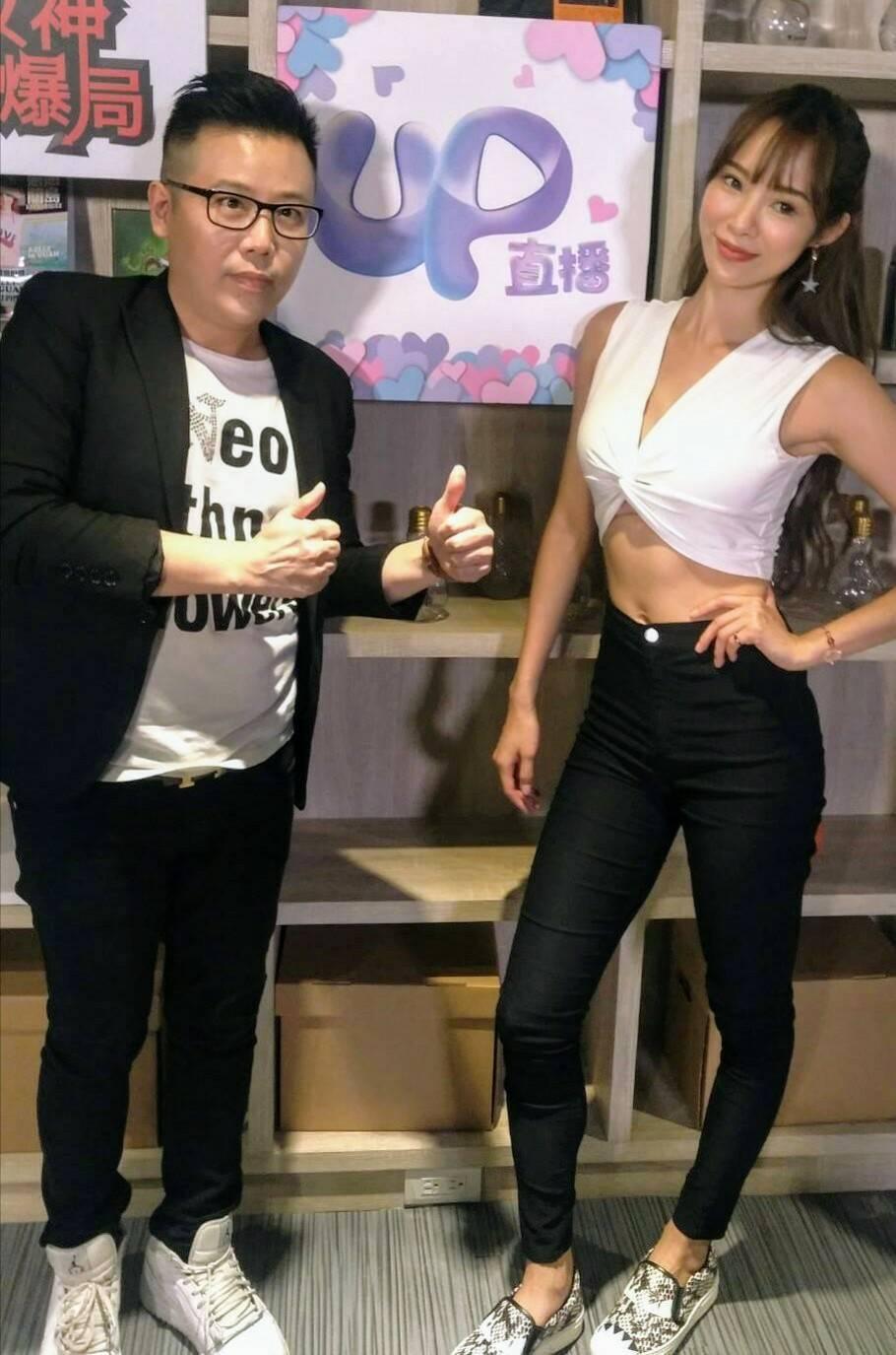 茵茵(右)上「女神情爆局」,左為主持人姜寧。圖/UP 直播提供