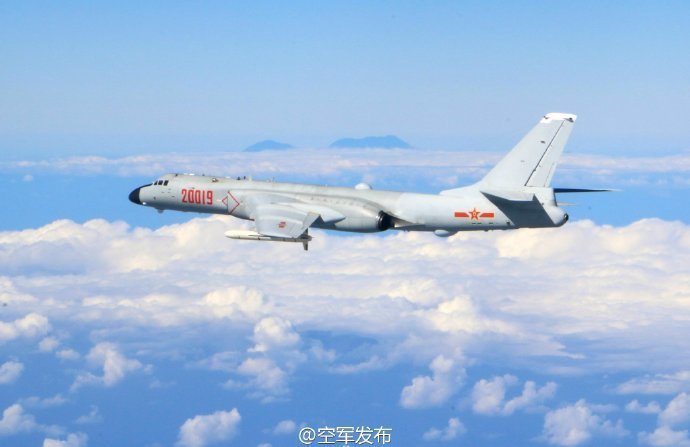 去年12月共機繞台,共軍空軍官方在微博發布一張照片,陸媒指背景的山峰是台灣的中央...