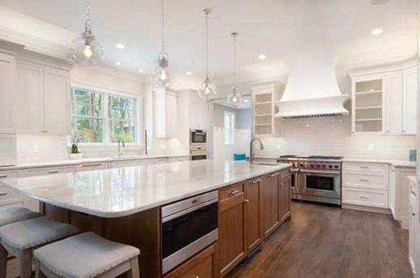 【圖二】:光猛潔淨的全新廚房,白色廚櫃配上白色花崗石台面,完全吸引了女主人的眼光...