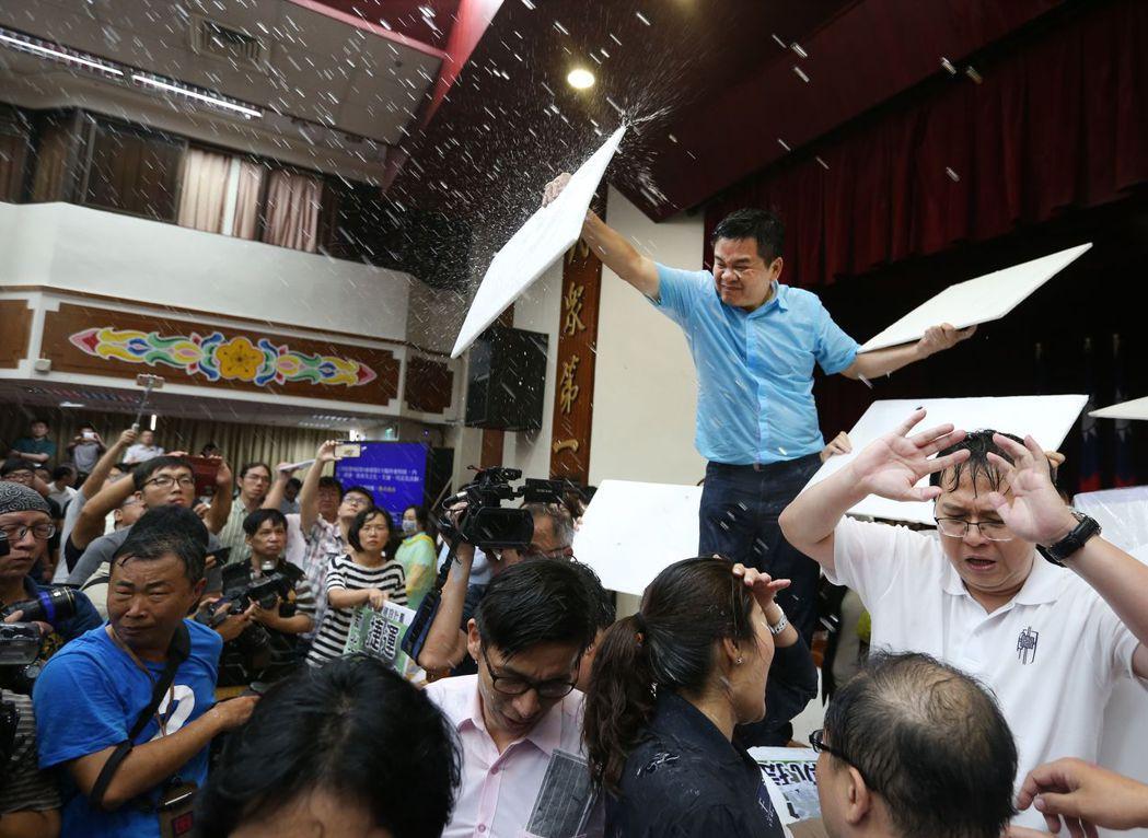 國民黨立委在立院大打水球大戰,狀況一片混亂。 記者陳柏亨/攝影