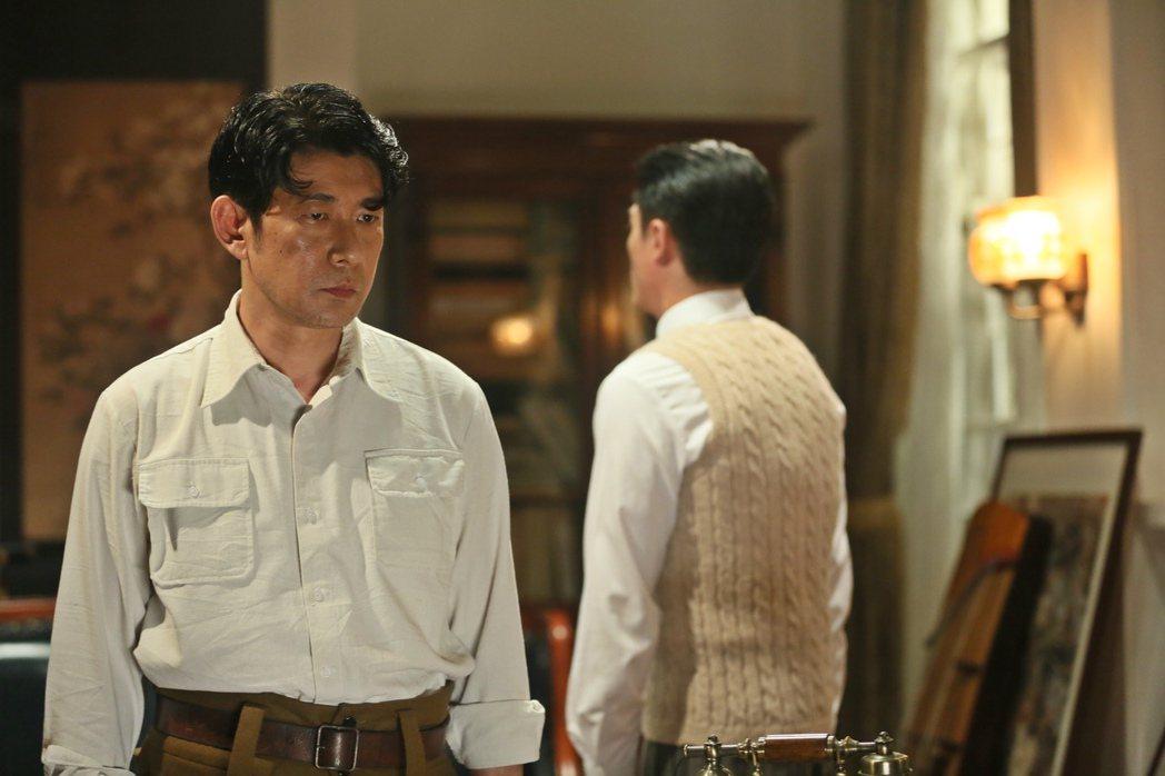 霍建華在《明月幾時有》中,與永瀨正敏飾演的憲兵隊頭目山口大佐(圖左)有兩場非常精彩的對手戲,片名「明月幾時有」亦由兩人的對話而來。 圖/双喜電影提供