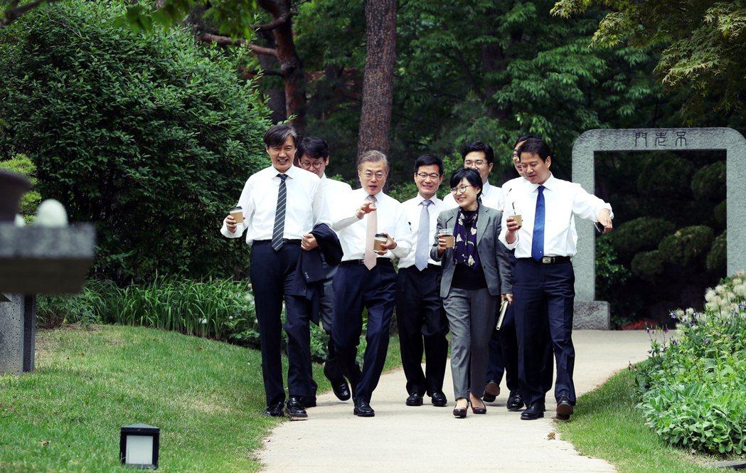 沒有時間與朴前總統進行交接的文在寅,指示成立「國政計畫諮詢委員會」,任命執政黨國...