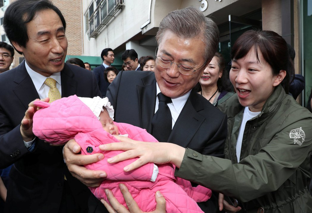 社福方面,對0到5歲孩童,每月支付10萬韓元補貼,藉以減輕父母花費負擔,刺激生育...