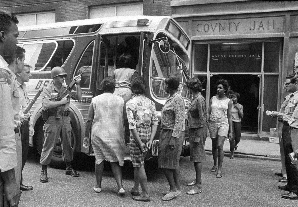 社會結構性的問題牽連著底特律的黑人失業問題、教育資源不足、以及在生活上種種的不平...