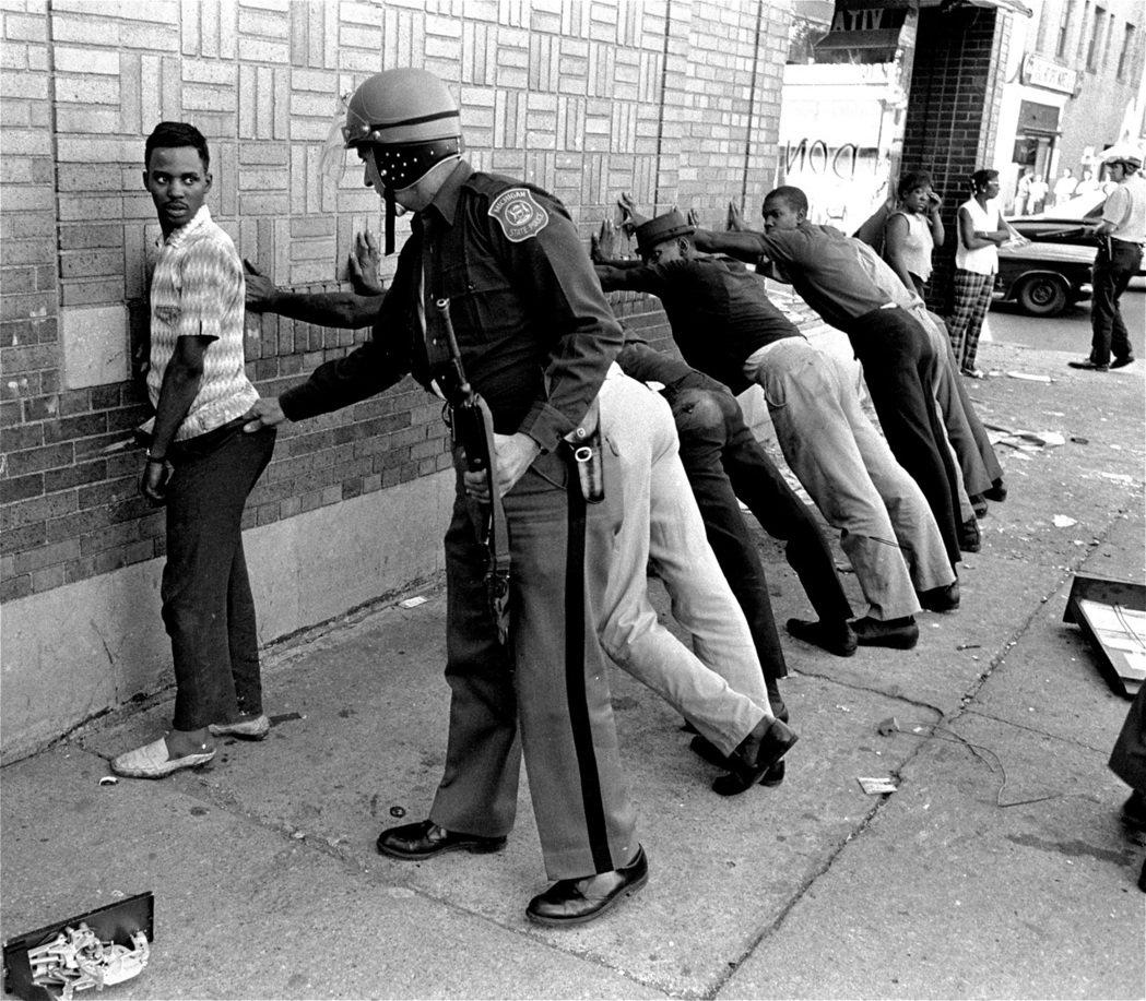 持續5天的暴動總共造成43人死亡,其中有33名黑人、10名白人,黑人死者當中有2...