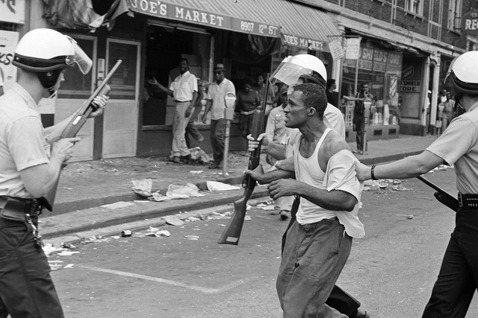 在1967年暴動之前,底特律黑人被白人警察暴力相向、射殺的情況依然不斷上演。 ...