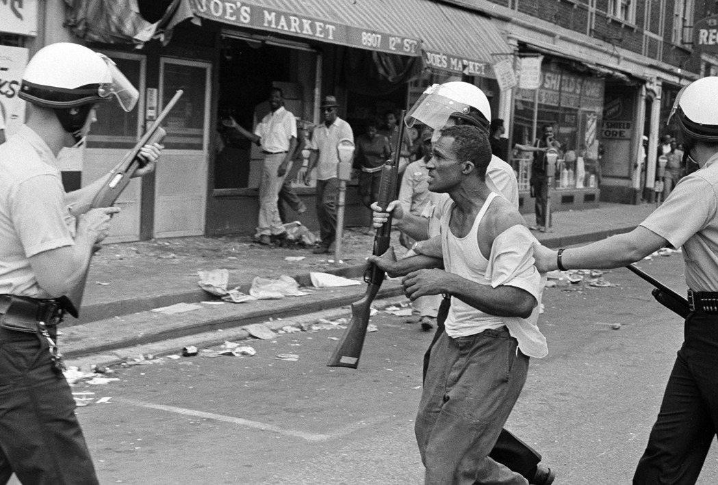 在1967年暴動之前,底特律黑人被白人警察暴力相向、射殺的情況依然不斷上演。...