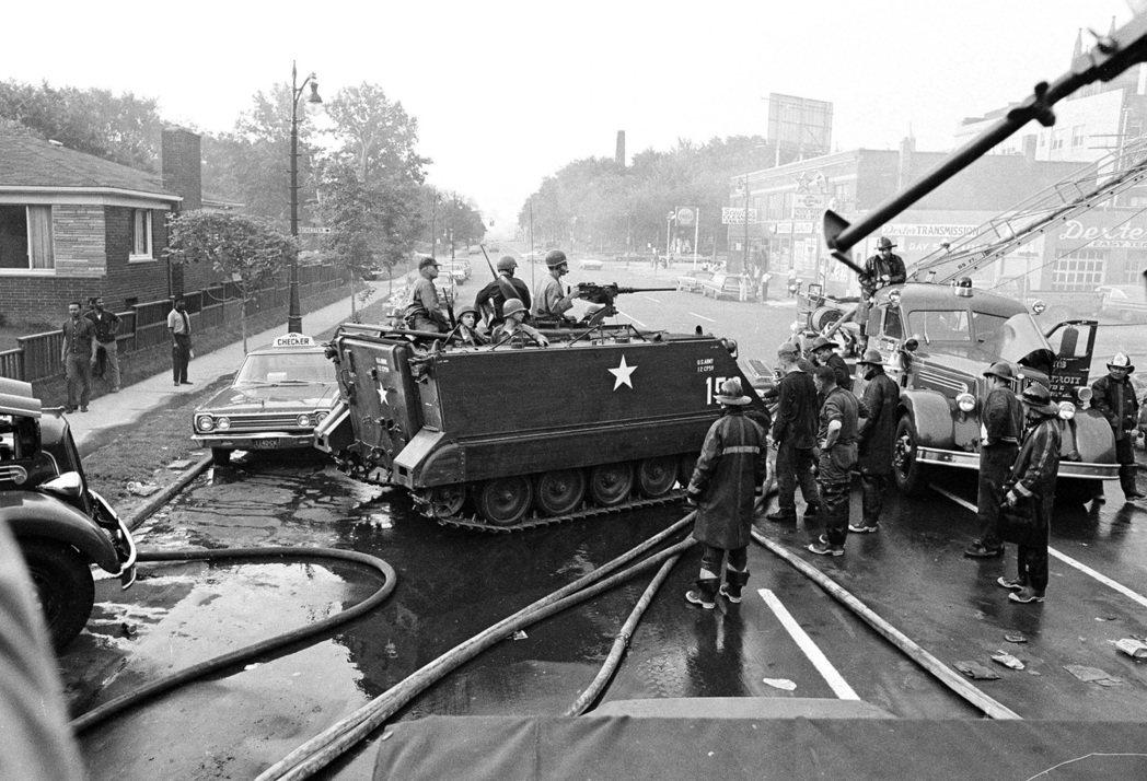 1967年7月24日,坦克車駛近底特律,黑人領袖們懇求一個安全的城市。 圖/美聯...