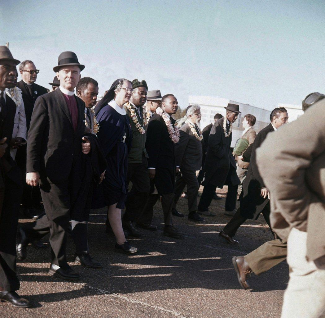 1965年金恩博士領軍的塞爾瑪遊行,亦發生激烈的暴力衝突。 圖/美聯社