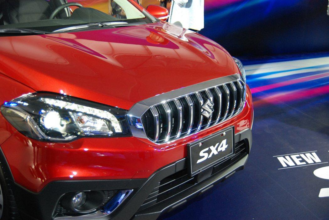 Suzuki New SX4 一改過往日系風格,車頭換上鍍鉻直瀑式水箱護罩後相當...