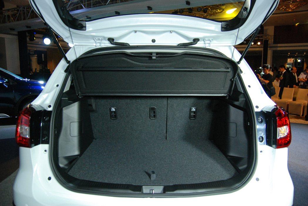 New SX4 在未傾導後排座椅的情況下便具有 430L 的後行李廂空間。 記者...