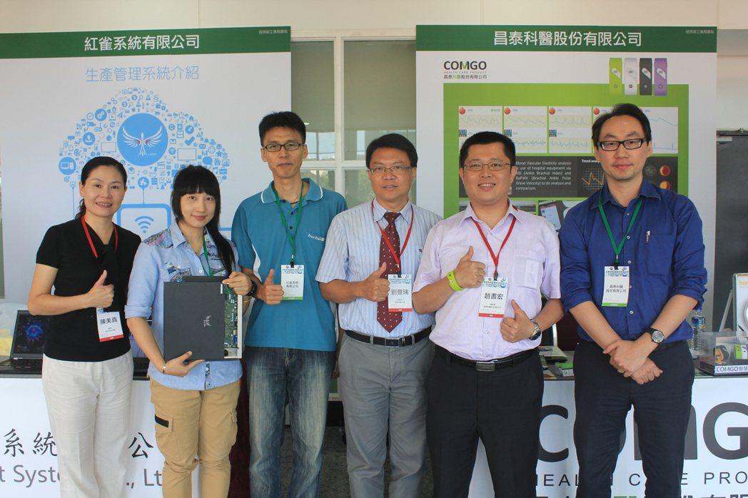 明志科大研發長劉豐瑞博士(左四)與合作廠商合影。 李憶伶/攝影。