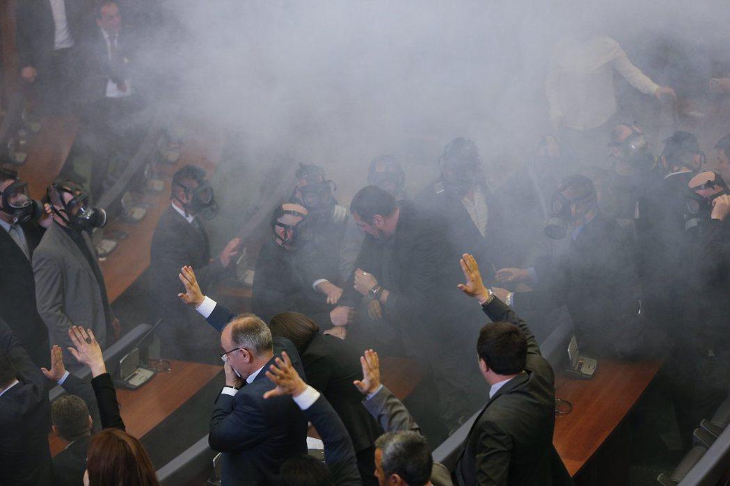 2015年10月,科索沃反對黨國會議員數度以催淚瓦斯阻擾議程。