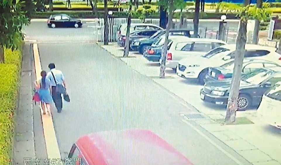 律師黃政雄(右)與打離婚官司的李女(左)步出法庭,遭李女丈夫駕駛廂型車衝撞輾過。...