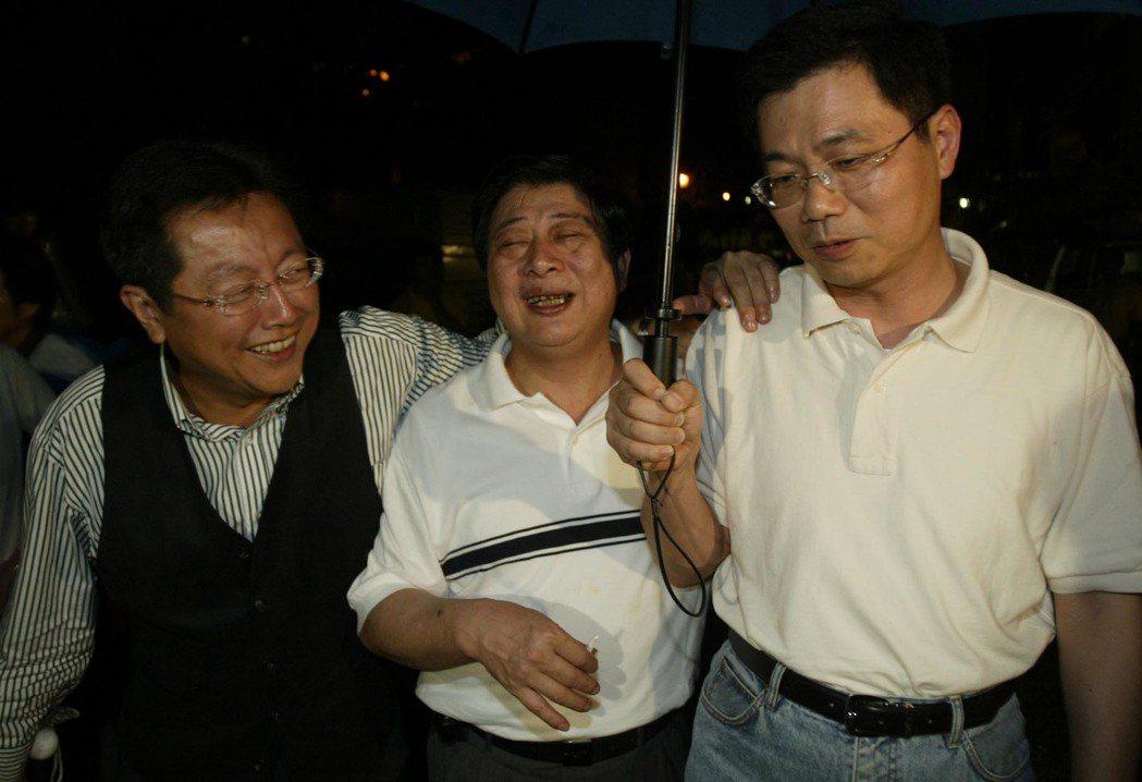 2003年,律師張權(右)與另外兩位律師何育昇(左起)、鍾永盛,到劉泰英府中酌飲...