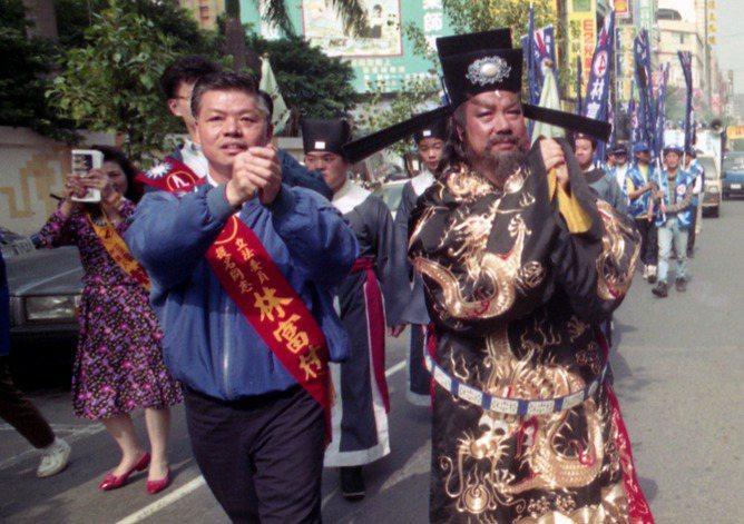 1992年,林富村(左一藍衣者)參選立委。 圖/本報資料照