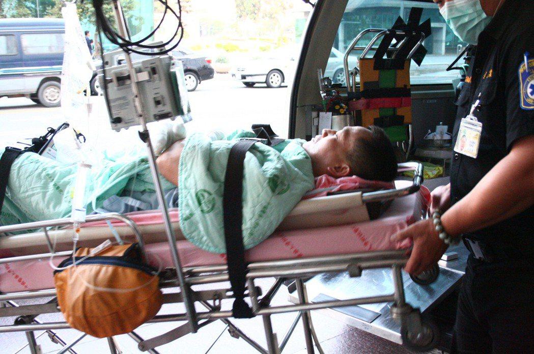 7年前的大里區工廠大火,台中縣消防隊第三分隊副大隊長劉世湧,全身兩成五燒傷,上肢...