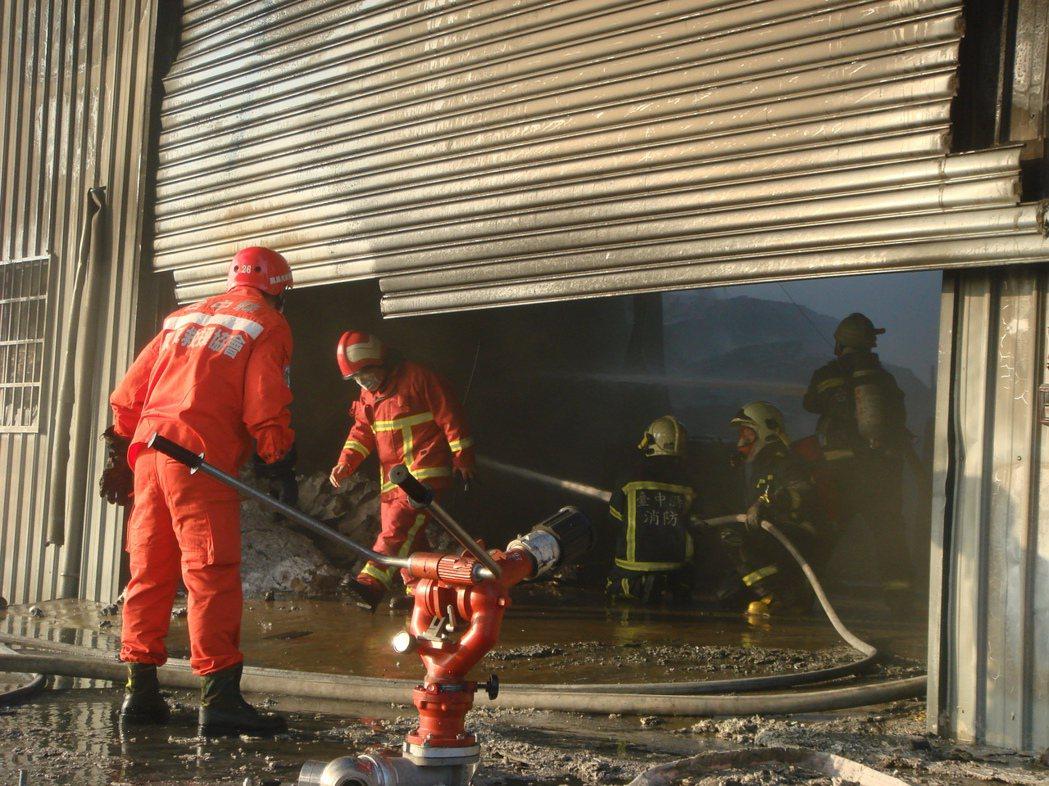 7年前的大里工業區工廠大火,造成警消、義消多人受傷。 圖/本報資料照