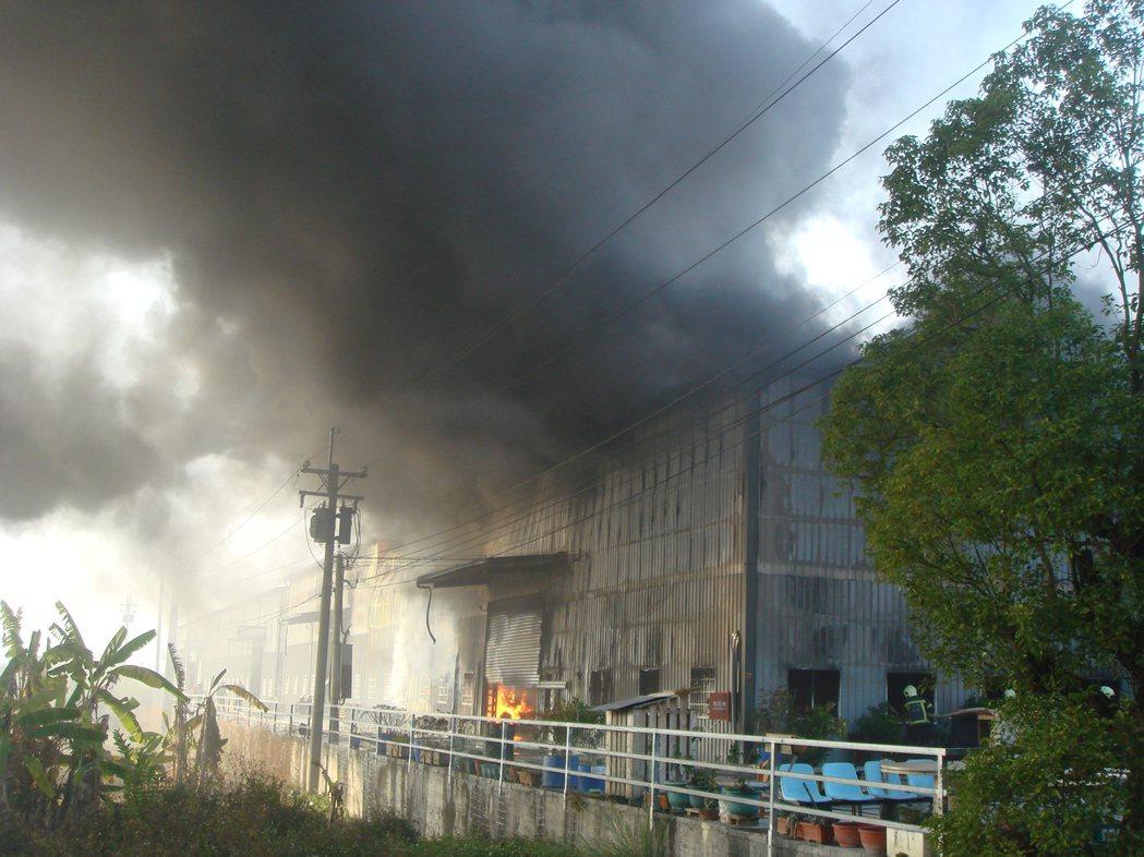 7年前的大里工業區工廠大火,現場濃煙密佈。 圖/本報資料照