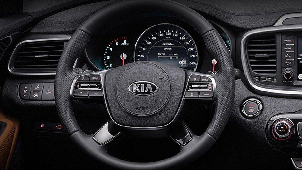 四幅式方向盤。 摘自Kia Korea
