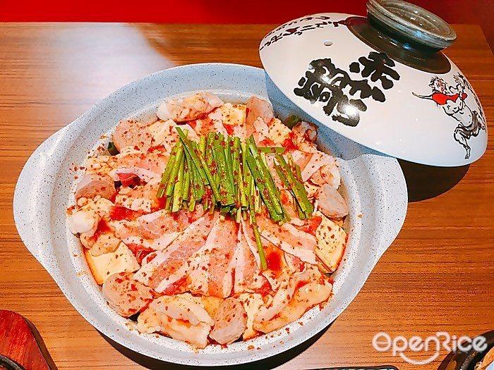 ▲辣度3度的的湯頭,視覺上就已有紅色辣感。一鍋基本就包含:豚五花、和牛小腸、雞肉...
