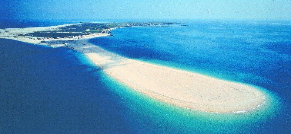 吉貝島沙尾沙灘宛如拖著一條黃金色的尾巴,相當迷人。(圖/旅途中)