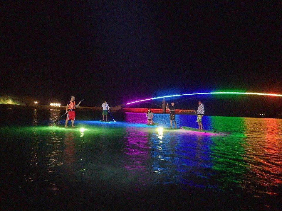 夜晚在彩虹橋前划槳。(圖/旅途中)