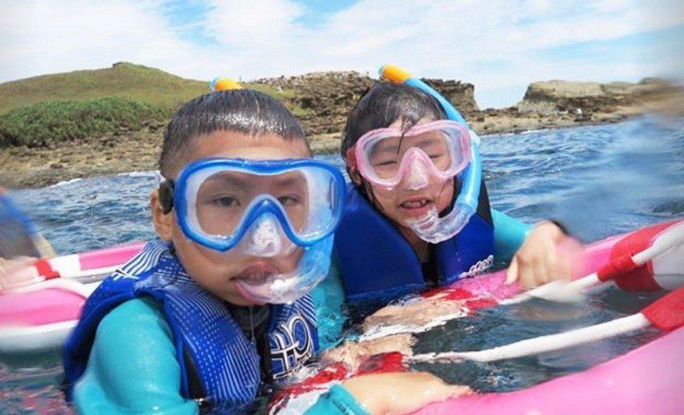 小朋友也能學浮潛。(圖/旅途中)