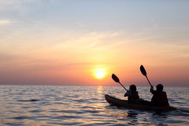 划獨木舟從海上看清水斷崖。(圖/旅途中)