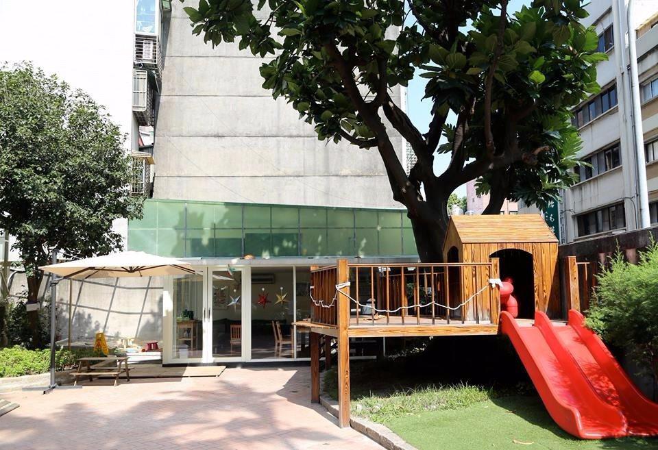 戶外庭園設有手工打造的樹屋和溜滑梯,孩子能在玩樂中親近大自然。(圖片提供/大樹先...