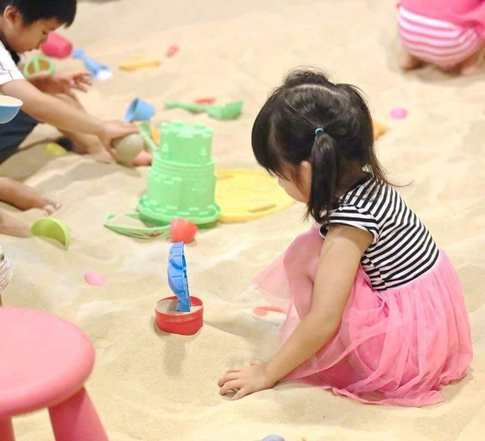 戶外白細沙坑區,特別提供免費小工具,讓孩子們盡情玩樂。(圖片提供/大樹先生的家)