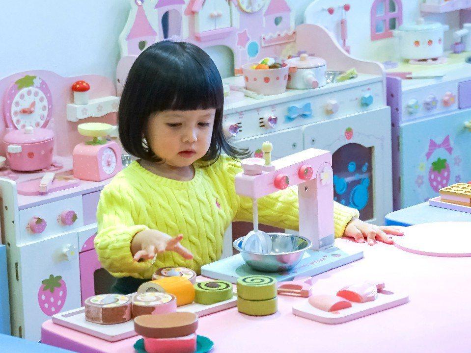 來到室內的扮家家酒廚房,寶貝們化身小廚師,製作美味料理囉!(圖片提供/大樹先生的...