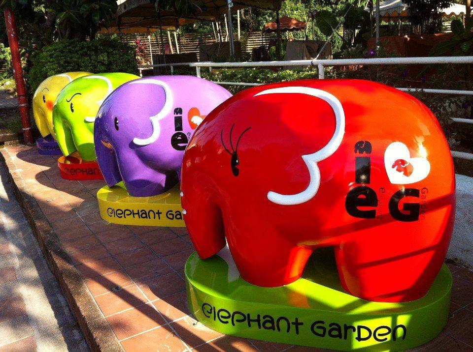 店門口四隻繽紛的大象公仔,和大小朋友say hi。(圖片提供/象園咖啡)